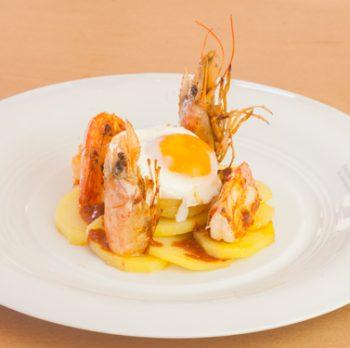 Huevo escalfado con patata y gambón