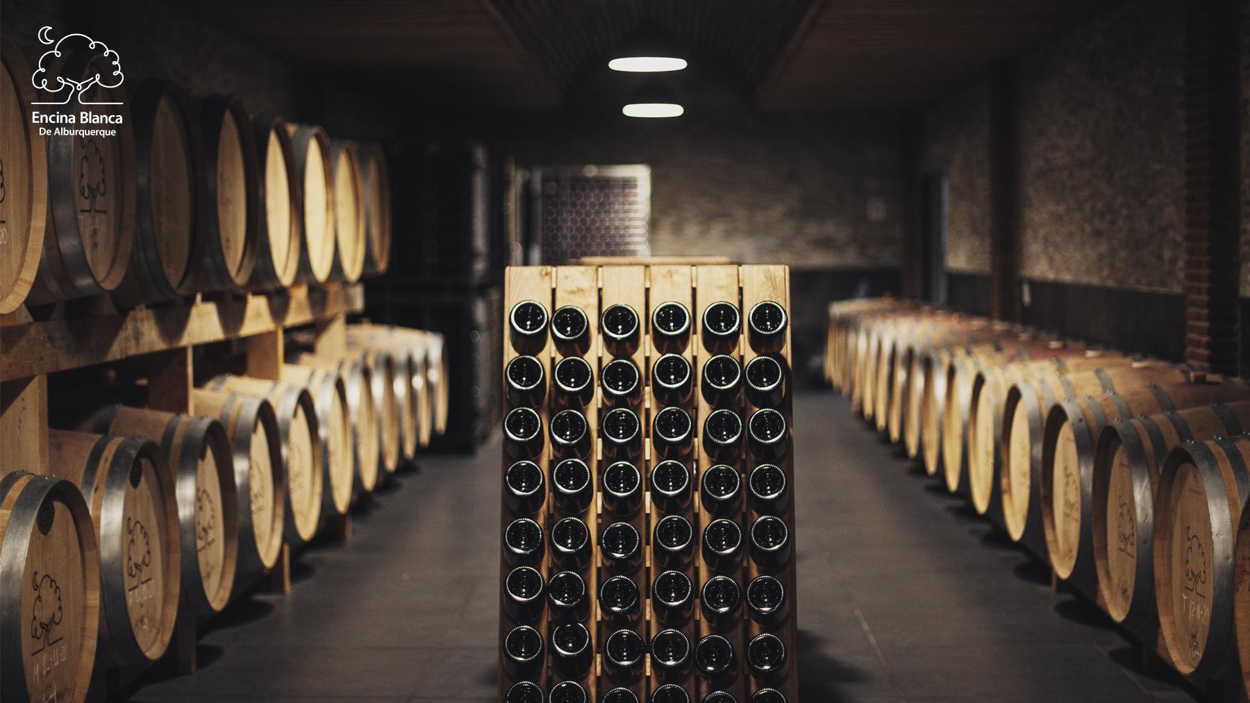 Se pueden ver las botellas de vino encina blanca de alburquerque reposando en la bodega para alcanzar el nivel óptimo de maduración del vino en ellas